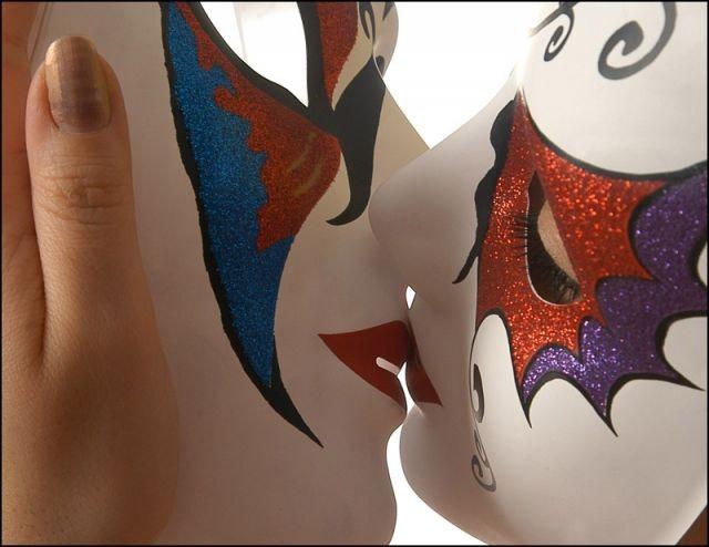 Поцелуй в маске